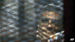 محمد فهمی خبرنگار کانادایی مصری نبار الجزیره در حال گوش دادن به حکم دادگاه تجدید نظر - ۷ شهریور ۱۳۹۴