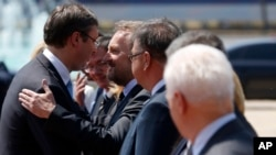 Serbian Prime Minister Aleksandar Vucic (L) welcomes Bosnian Muslim member of Bosnia's tripartite Presidency Bakir Izetbegovic during a welcoming ceremony in Belgrade, Serbia, July 22, 2015.