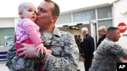 이라크에서 돌아와 아기를 반기는 미군