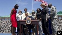 Presiden Obama menandatangani surat perintah untuk memberikan informasi dan proteksi pendidikan bagi tentara dan keluarganya di Pusat Divisi Infanteri AS di Fort Steward, Ga (27/4)