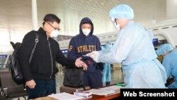 港府派出40名工作人員前往武漢機場協助撤離港人,所有工作人員均穿上保護服。(香港政府新聞處)