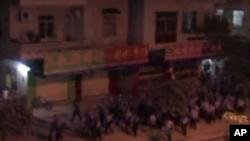 中国广东省增城市新塘镇星期天夜里数以百计的民众在夜幕下抗议