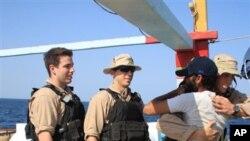 Obrigado. Iraniano resgatado por forças americanas abraça um dos seus salvadores