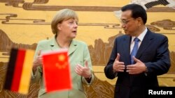 지난해 7월 중국을 방문한 앙겔라 메르켈 독일 총리(왼쪽)가 베이징 인민대회당에서 리커창 중국 총리와 담화하고 있다.
