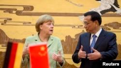 kanselir Jerman Angela Merkel (kiri) beribincang dengan PM China Li Keqiang dalam acara upaca penandatanganan kerjasama di Balai Rakyat China di Beijing (7/7).