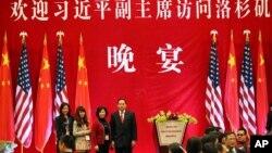 這張由美籍華裔商人胡偉星的女兒公佈的照片顯示,2012年2月16日,胡偉星(左起第四)和妻子與女兒和另一名親戚一道準備參加在洛杉磯迎接時任中國國家副主席習近平的晚宴。