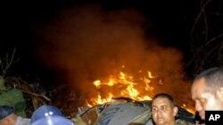 گڵپهی ئاگر له پاشـماوهی فڕۆکه تێـکشـکاوهکهی هێڵی ئاسـمانی ئێرۆ کاریبیهن ههڵدهستێت، شهوی پـێـنجشهممه 4 ی یازدهی 2010