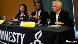 Ông Steve Crawshaw (giữa), cố vấn cao cấp của Hội Ân xá Quốc tế, nói chuyện tại một cuộc họp báo trong thủ đô Abuja của Nigeria