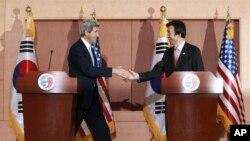 Državni sekretar SAD, Džon Keri i njegov južnokoresjki kolega Jun Bjung-se na konferenciji za novinare u Seulu, 13. februar 2014.