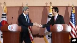 존 케리 미국 국무장관(왼쪽)과 윤병세 한국 외교부 장관이 13일 서울 외교부 청사에서 회담을 가진 후 공동 기자회견에서 악수하고 있다.