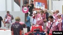 Delegasi atlet Rusia tiba di terminal keberangkatan di bandara Heathrow Airport (13/8). Diperkirakan sekitar 15.000 atlet dan tim delegasi olah raga akan meninggalkan London hari ini.