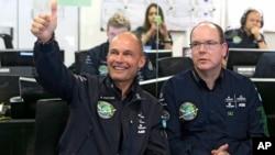 태양열 항공기를 개발한 '솔라 임펄스' 사의 버트랜드 피카드 대표(왼쪽)가 30일 세계일주를 앞두고 모나코에서 알버트 모나코 왕자와 표즈를 취하고 있다.
