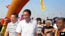 2010年9月27日,与日本巡逻船相撞的中国拖网渔船船长詹启雄(中)被日本释放后在福建家乡受到欢迎