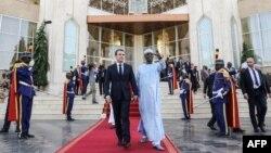 Le président français Emmanuel Macron et le président tchadien Idriss Deby alors qu'ils quittent une conférence de presse au palais présidentiel à N'Djamena, le 23 décembre 2018.