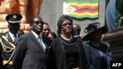 Tổng thống Mugabe và vợ ông dự đám tang của Tướng Mujuru