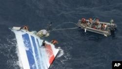 Brazil's Navy sailors recover debris from the missing Air France Flight 447 in the Atlantic Ocean, 08 Jun 2009