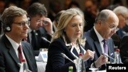 """Nemački šef diplomatije Gvido Vestervele, državna sekretarka SAD Hilari Klinton i francuski ministar spoljnih poslova Loran Fabius na sastanku """"Prijatelja Sirije."""""""