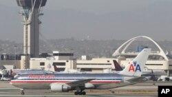 Hình tư liệu - Một chiếc máy bay Boeing 767 của hãng American Airlines đợi cất cánh ở phi trường quốc tế Los Angeles.