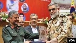 محمودرضا خاوری(نفر وسط) در میان پوردستان، فرمانده نیروی زمینی ارتش و جعفری، فرمانده سپاه