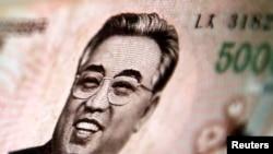 印有已故领导人金日成头像的朝鲜货币(资料照)