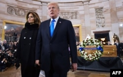 川普总统和夫人梅拉妮娅在国会圆形厅瞻仰葛培理牧师的灵柩。(2018年2月28日)