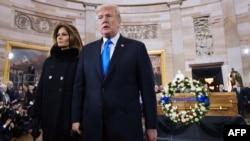 Le président américain Donald Trump, à droite, et la première dame Melania Trump quittent la rotonde du Capitole après avoir assisté à un mémorial pour l'évangéliste Billy Graham à Washington, le 28 février 2018.