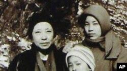 함경남도 요덕수용소에서 찍은 것으로 알려진 신숙자씨와 두 딸 혜원·규원 씨 (자료사진)