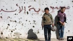 Oyuncak silahlar ve topla oynayan Suriyeli çocuklar
