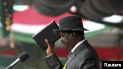 Primeiro-ministro do Quénia, Raila Odinga, tomando posse, apresentando a Constituição do país