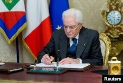 지난 28일 세르지오 마타렐라 이탈리아 대통령이 로마의 퀴리날리스 대통령궁에서 의회 해산 명령에 서명하고 있다.
