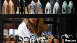 Một phụ nữ đi mua hàng ở một hiệu giày dép ở khu mua sắm Myeongdong ở Seoul, Hàn Quốc. Theo một khảo sát mới đây, quốc đảo này này đã trở thành điểm đến được yêu thích nhất của phụ nữ Việt Nam.