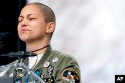 """Emma Gonzalez, một người sống sót sau vụ xả súng ở Florida, rơi nước mắt trong lúc cô đứng im trên bục phát biểu tại cuộc tập hợp """"March for Our Lives"""" ở Washington."""
