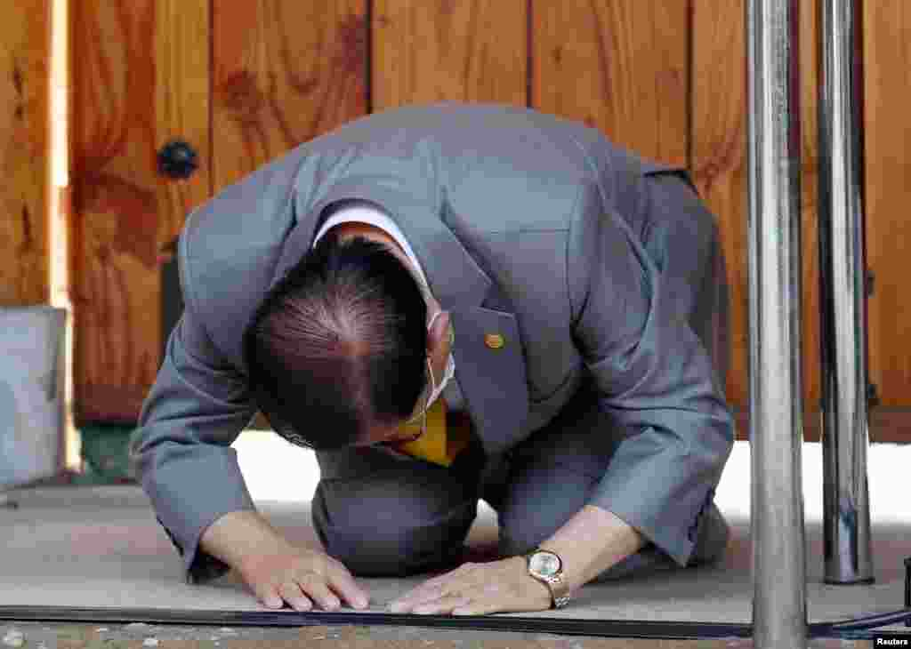 "Lee Man-hee, founder of the Shincheonji Church of Jesus the Temple of the Tabernacle of the Testimony, bows during a news conference at its facility in Gapyeong, South Korea. Lee apologized that one of its members had infected many others, calling the epidemic a ""great calamity."""