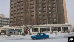 지난달 12일 북한 평양의 눈 덮인 거리를 지나는 택시. (자료사진)