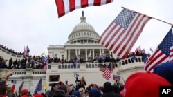 ARHIVA - Pristalice Donalda Trumpa ispred zgrade Kongresa, 6. januara 2021. (Foto: AP)