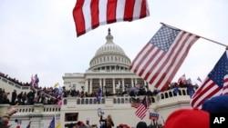 ພວກທີ່ສະໜັບສະໜຸນປະທານາທິບໍດີ ດໍໂນລ ທຣຳ ໄດ້ພາກັນເຕົ້າໂຮມກັນ ຢູ່ດ້ານນອກຫໍລັດຖະສະພາສະຫະລັດ ຫຼື U.S. Capitol ໃນນະຄອນຫຼວງວໍຊິງຕັນ, ວັນທີ 6 ມັງກອນ 2021.