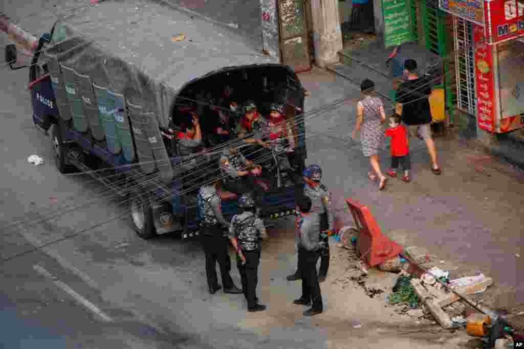 주말 미얀마 군경의 군부 쿠데타 반대 시위 진압 과정에서 100명 이상 사망자가 발생한 가운데, 무장 병력이 양곤의 거리를 지키고 있다.