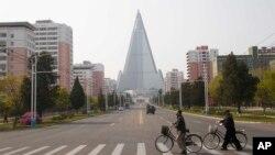 Người qua đường trước mặt khách sạn Ryugyong ở Bình Nhưỡng, Triều Tiên (ảnh chụp ngày 28/4/2020)