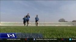 Kosovë: Një arbitre futbolli thyen stereotipet