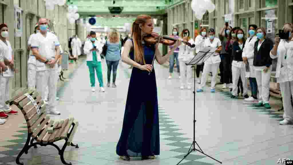이탈리아 로마의 병원에서 '국제간호사의 날'을 맞아 바이올리니스트가 축하 공연을 하고 있다.