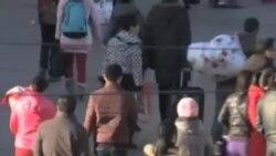 中国民众除夕日下班后赶返乡过年