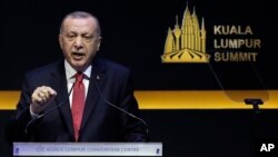 Presiden Turki Recep Tayyip Erdogan berbicara di KTT Islam di Kuala Lumpur, Malaysia, Kamis (19/12).