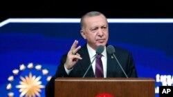 លោក Recep Tayyip Erdogan ប្រធានាធិបតីប្រទេសតួកគី ថ្លែងនៅក្នុងសន្និសីទសារព័ត៌មានមួយ នៅទីក្រុង Ankara ប្រទេសតួកគី កាលពីថ្ងៃទី២ ខែមីនា ឆ្នាំ២០២១។