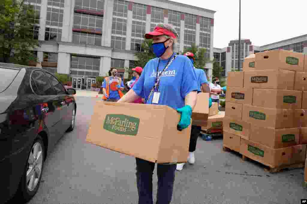 گروه های داوطلب در شهر ایندیاناپلیس کمک های جمع آوری شده را توزیع میکنند. اغلب این کمکها غذا و مایحتاج برای خانوادههای فقیرتر است.