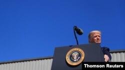 El presidente Donald Trump habla a seguidores durante un mitin de campaña, en Old Forge Pennsylvania, el 20 de agosto de 2020.