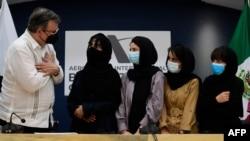 Meksički sekretar za inostrane poslove Marčelo Ebrard dočekuje Afganistanke, pripadnice aganistanskog tima za robotiku, po njihovom dolasku u Meksiko, a nakon što su zatražile utočište, na Benito Huarez aerodromu u Meksiko Sitiju, 24. avgusta 2021.