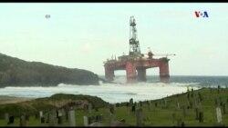 Giàn khoan dầu bị gió đánh dạt vào bờ
