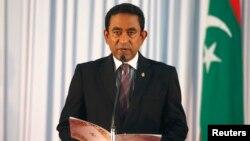 Presiden terpilih Maladewa, Yaamin Abdul Gayoom membaca sumpah jabatan saat pelantikan di ibukota Male, hari Minggu (17/11).