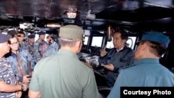 Presiden Joko Widodo memberi arahan kepada Panglima TNI dan para kepala Staf TNI di kapal perang KRI Imam Bonjol di perairan Natuna, Kamis, 23 Juni 2016 (Foto: Biro Pers Kepresidenan)