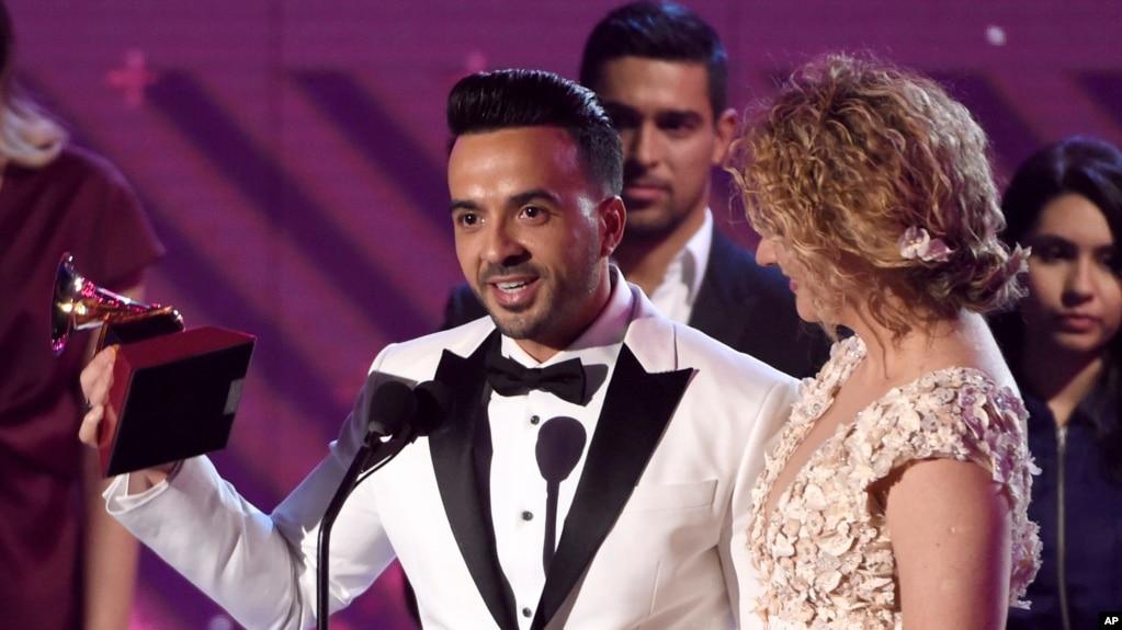"""Luis Fonsi y Erika Ender aceptan el Grammy Latino por Canción del Año (""""Despacito"""") Las Vegas, Nevada. 16-11-17."""